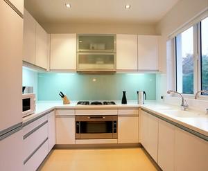 走廊型的厨房设计方案将工作区安排在两边平行线上。在工作中心分配上,常将清洁区和配膳区安排在一起,而烹调独居一处。如有足够空间,餐桌可安排在房间尾部。大家可以参考小户型厨房装修效果图。