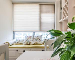 飘窗的设计以米色的窗帘为主色调,飘窗的宽度还是较为宽的,铺上黄色的垫子,上面放上几个抱枕,午后可以直接在飘窗上休息,将窗帘拉上去,便可欣赏到窗外的风景,非常的自在。