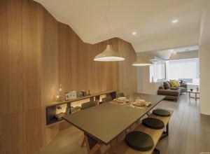 餐厅不论是吊顶还是木质的墙面的装修都极具现代感。吊顶灯选的比较简洁,不会过于夺目,餐桌椅也是有个性,在这里用餐心情都会变得愉悦起来。