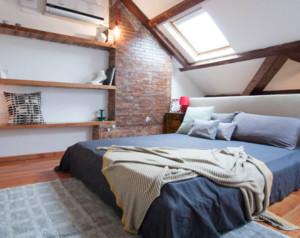 将阁楼设计成卧室,是很多家庭的选择,装修上也是非常的贴近自然,墙面的架子,木质的地板都是自然的木材。墙面没有过多的修饰,简洁大方,天窗的位置开设的比较合理,采光性很好。