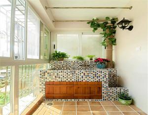 阳台装修对于墙砖的选择很是重要,案例中这款阳台墙砖选择的是统一浅色调瓷砖,搭配纹理自然的暖色调地砖,显得阳台十分的具有生机和活力。