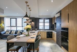 现代化的装修很令人向往,实木的橱柜,黑色的瓷砖让厨房与餐厅的装修看上去更加的时尚,吊灯与软装的颜色搭配的也很合适,不会显得突兀。