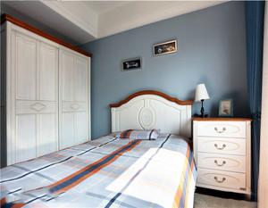 小孩子房间墙面装修,选择活力的颜色更加的能够让房间充满着童趣的味道。案例这款儿童卧室墙面选择恬淡浅蓝色装饰,搭配实木家具,显得房间更加的充满着清新的味道。