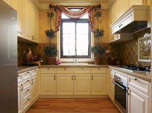 U形的厨房操作区域更大,高柜又是方便储物和嵌入电器的选择。在装修自己的厨房时,不妨考虑一下U形设计和高柜可以参考上面现代厨房装修设计效果图。