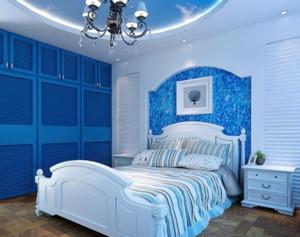 软膜天花是现在家装中常见的,儿童房中使用软膜天花可以很好的营造氛围。蓝白色结合的经典色调有利于保持心情的宁静。床头的背景墙有如蔚蓝色的海面,很是深邃。