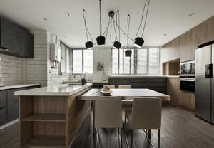 整体的装修非常的简洁、大气,木质的橱柜与操作台让家多了很多自然元素,白色的墙面瓷砖看上去非常的清新。吊灯也是很大的亮点。
