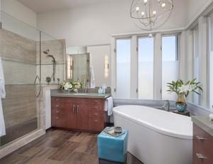 卫生间的地砖采用的是仿木地砖,有木地板的感觉,卫生间内有淋浴房,有浴缸,所有的卫浴洁具排列有序,使用起来也很方便。
