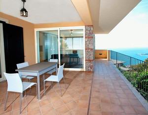赤土系列的地砖铺在阳台地面,可以让人体会到田园风格的愉悦和舒适。搭配上白色的桌椅,以及阳台半开放式装修方式,整个阳台展现给大家一个休闲、舒适的环境。