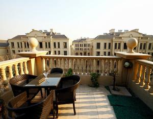 对于面积比较宽敞的阳台来说,装修的时候可以将其设置为休闲区。选择装饰性比较强的石柱来装饰更加的具有质感,并且围栏的色调与整个阳台的装修风格相符合,看起来极具有美感。