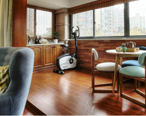阳台与客厅是一体的装修设计,这在一定程度上起到了延展性,是客厅看起来面积更大。阳台的布局上以木材为主,但整体色调保持一致。可以将阳台打造成一个休闲区,平时可以与朋友喝茶聊天,也可以锻炼身体。