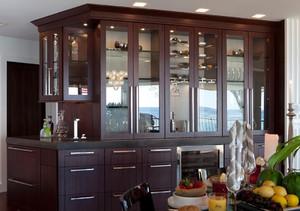 这款酒柜的设计很高档,布局也分的很合理。酒柜整体给人感觉很大气。下面储物柜的设计,可以用来收纳一些小物品,带有一点古典的风格韵味。