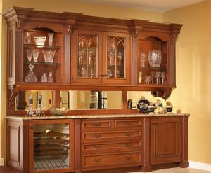 整个酒柜是实木的,整体上看上去是十分大气的。这个酒柜设计布局上也是比较合理的。在这个酒柜设计中,中间延伸出的台面,有朋友的时候,可以一起在上面品酒,也是十分惬意的一件事。