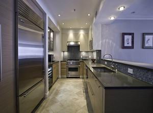 选台面前,最关键是对台面材质有所了解,才能按需选择。按照制作原料不同,无论是砖砌橱柜还是整体橱柜,都要首先确定好台面材质。市面上,最常用的是石英石台面。