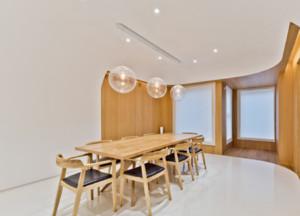 餐厅的吊顶设计通常采用对称手法,以达到视觉上的舒适感。餐桌所对的位置一般是吊顶的中心,这个位置灯具设计特别重要。