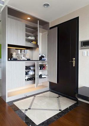 这款现代风格的鞋柜可以说功能十分的强大,它能容纳很多鞋柜,下面可以放经常穿的写,上面则可以放置过季的鞋子,鞋柜里面分割的也十分明确。