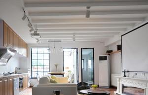 现代简约客厅吊顶装修设计,在造型设计上是比较有特色的,在造型设计上更加的有空间感,使得整个空间更加凸显设计感。在设计的时候与整个家装风格也十分匹配。