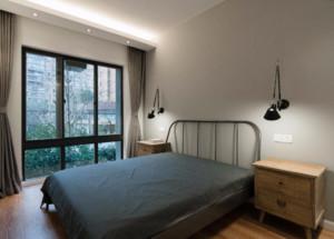 这个卧室背景墙在设计的时候相对简单,同时也很符合现代简约风格的装修特点,墙面用白色的乳胶漆装饰,简洁还环保。特别是白色的可塑性强,可以根据自己的喜好进行装饰。
