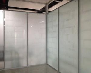 办公楼卫生间玻璃隔断效果图