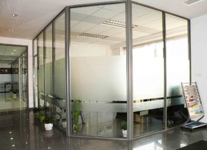 透明玻璃办公屏风隔断装修效果图