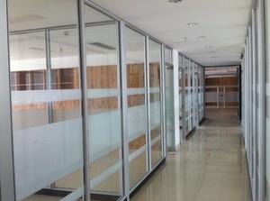 公司长走廊玻璃办公屏风隔断装修效果图