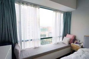 115平米卧室现代简约飘窗窗帘装修效果图