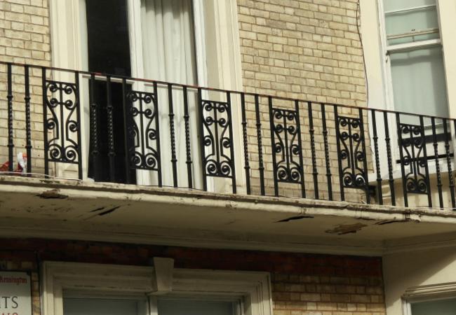 下面我们就一起来看一下几款不同材质的阳台护栏吧。   1、铁艺阳台:铁艺阳台的整体效果看起来是比较古典式的,花纹多,也比较好看。如果在阳台上种植一些绿植与花草等等,搭配铁艺阳台将会是一个非常美好的景致。其次,阳台上种花也可以净化空气吸收二氧化碳,也能够作为装饰,一举两得呢!不过,随着现代建筑的推广,铁艺阳台护栏的使用也逐渐减少了。