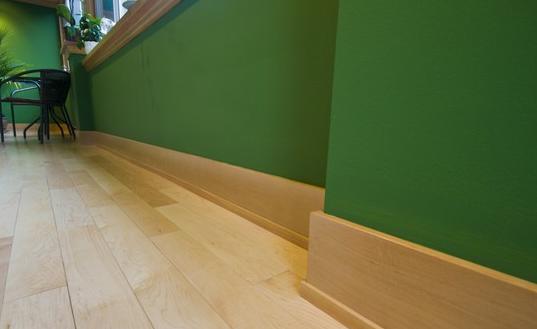 木质踢脚线,使用木质材料作为制作的原料