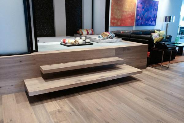 强化木地板的优点:   1.强化木地板是非常具有可选择性的,其表面的纹理可以魔法石材纹理,还可以设计人造花纹,图案造型比较丰富。   2.其密度是比较大的,硬度也很强,比一般的木地板更耐磨一些。   3.强化木地板的防腐和耐潮功能是比较好的。   4.强化木地板的单位面积是比较大的,铺设起来方便快捷,且其稳定性超强,不会容易出现起皮、凹凸、磨边等等现象。   5.