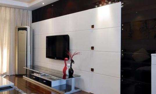 用隐形门电视背景墙来延伸空间高清图片