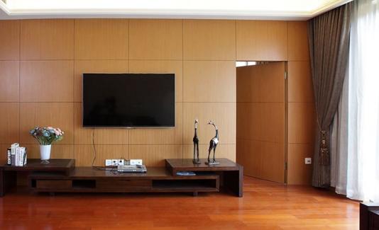隐形门电视背景墙的材质的使用,无论是哪里的隐形门,都是为了将门隐藏起来,主要就是营造出一种视觉上的假象。要想有一个更好的隐形效果,那么门的表面就是要做一些很有必要的伪装,经常就会使用一些壁纸、手绘装饰石磊的材料。