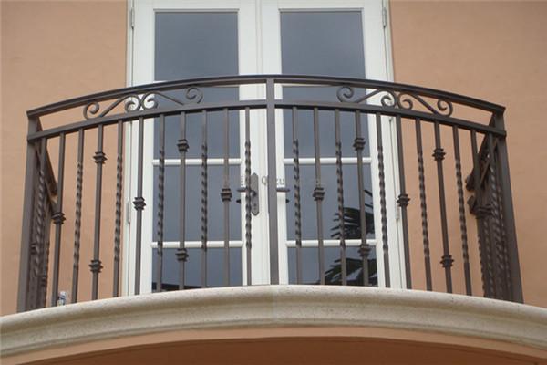 阳台护栏用什么材料好!