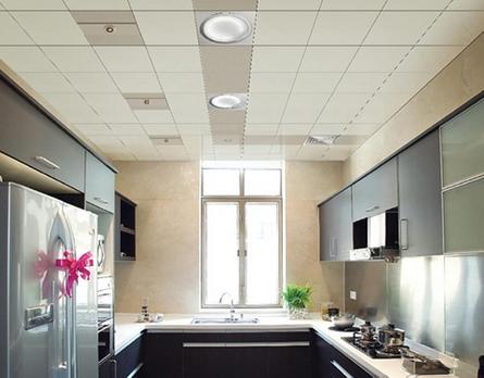 上图的厨房集成吊顶效果图主要是采用铝扣板材料