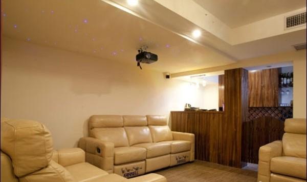 与客厅饭厅不同的是,娱乐房间配有三张带按摩功能的真皮沙发,带投影仪