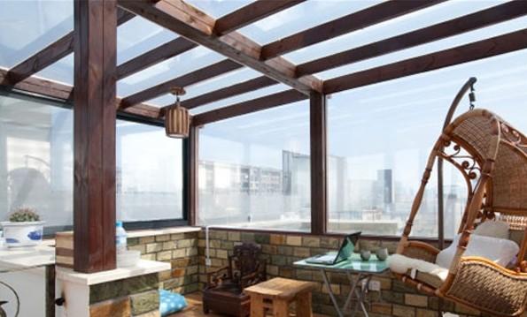 顶楼一部分是玻璃加木结构的