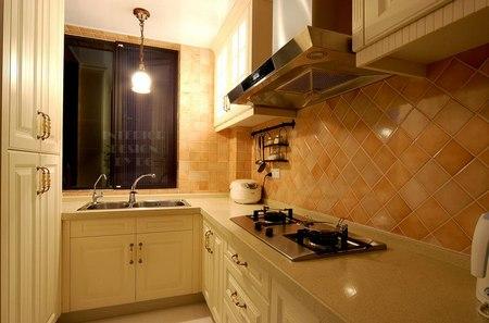 壁炉,卷草纹,线条优美的垭口和白色木格窗等非常有代表性的欧式元素.图片