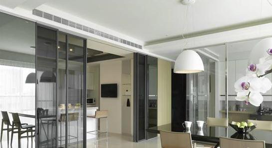这时候玻璃门成为厨房与阳台之间最好的隔断.图片