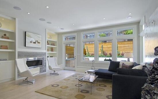 1.套数有讲究 沙发形状上分单人沙发,双人沙发,长形沙发以及圆形沙发等,在材料方面,亦分皮制沙发,布制沙发,藤制沙发以及传统的酸枝椅等,在颜色及造型方面,则更是花样繁多.客厅沙发的套数有讲究,最忌一套半,或是方圆两种沙发并用. 2.摆设宜弯不宜直 沙发在客厅中的重要地位,犹如国家的重要港口,必须能尽量多纳水,才可兴旺起来.