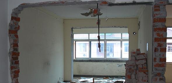 现在不少的业主在装修时都会对房屋的结构作一定的改造,但是要注意的是,并不是所有的墙都可以拆的,因为承重墙一旦被破坏掉,会有很严重的后果的。承重墙能不能打孔,来了解一下吧。  承重墙指的就是起着支撑上方楼层重量作用的墙体,一旦打掉就会将建筑的整体结构破坏掉。非承重墙只起到隔开两个房间的作用,对建筑结构没有什么影响。  承重墙能不能打孔。承重墙可以打孔,但是会有一定的影响,来具体看看: 1、承重墙是经过了科学的计算,非专业人员最好不要改变承重墙; 2、技术方面考虑,需要做好后续的加固工作,一般是粘钢或碳纤维等