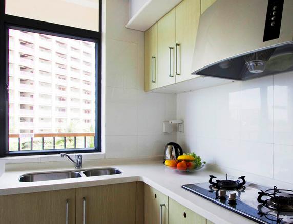 厨房打造需要注意色彩,因为很多的时候色彩对于装饰的影响是非常的大的。所以今天小编为大家说说最新2015年温州厨房装修效果图。    厨房里面使用灯光,一般都是使用比较柔和的灯光,柔和的灯光不会影响到视觉疲劳,还有试用比较经典的铁艺装饰,这样可以保证异域风格,保证了装饰的效果,而且不会让人感到厨房的不协调。    多种图案使用在厨房之中,可以看到其中特有的图案,如一些云朵的图案,还有墙纸上面使用的各种图案以及色彩,对于厨房来说,装饰的恰到好处,再搭配上橱柜以及壁柜,让本来比较灰暗的厨房一下子明亮了很多,