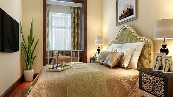 想必大家对简约欧式风格不陌生吧,不少的家庭中都会采用这种装修风格,下面就一起来看看简约欧式风格的一些空间特色以及最新2015年张家港欧式装修效果图。  最新2015年张家港欧式装修效果图 欧式风格强调的是华丽的装饰、精美的造型与浓烈的色彩,目的即是达到一个华贵的装饰效果。在客厅的顶部喜欢使用大型的灯池,使用华丽的枝形吊灯来营造气氛。在门窗的上半部多会设计称为圆弧形,使用一些带有花纹的石膏线。室内则会设计个壁炉。  最新2015年张家港欧式装修效果图 墙面基本上都会使用壁纸或是优质的乳胶漆,借以烘托豪华的效
