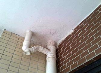 陽臺漏水到樓下怎么處理 陽臺滲水到樓下誰負責 陽臺漏水非得敲瓷磚嗎