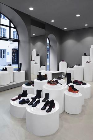 现代简约风格创意鞋店展柜设计装修效果图
