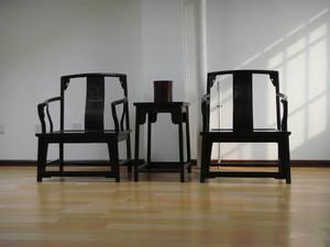 客厅白色瓷砖黑色踢脚线效果图