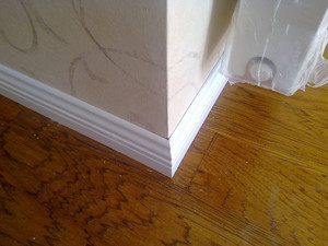 美式白色踢脚线效果图,白色门配地板和踢脚线效果图