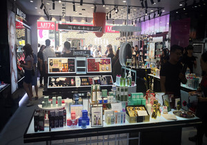 化妆品店店门装修效果图,泰国化妆品店装修效果图