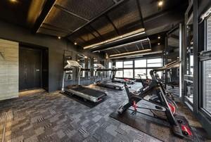 800平米现代风健身房吊顶装修效果图