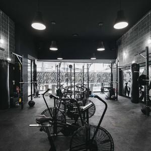 180平黑白色系室内健身房装修效果图