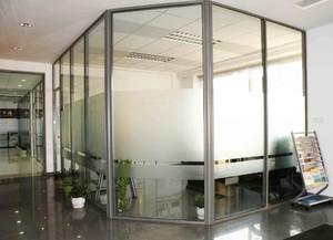 透明玻璃辦公屏風隔斷裝修效果圖