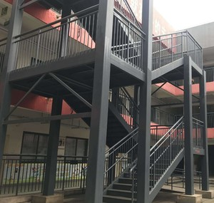 大型工廠轉彎式鋼架樓梯裝修效果圖