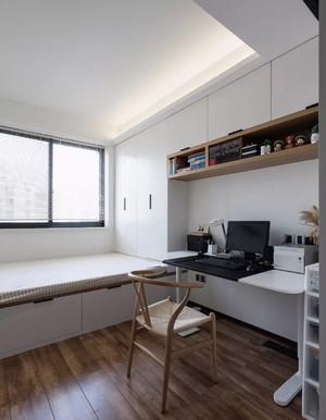 70平米房子黑白簡約小臥室帶陽臺榻榻米書桌衣柜一體圖